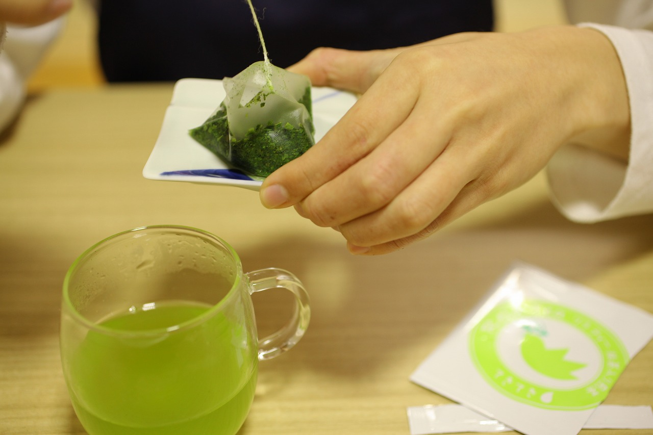 ティーバッグを取り出すときに、お湯をできるだけ切ると、茶葉が開きすぎず、2煎目、3煎目もおいしく飲めます。